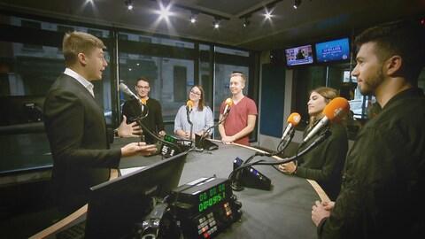 Des finissants du programme d'Art et technologie des médias dans un studio de Radio-Canada