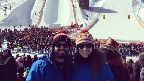 Le couple devant les pistes de ski.