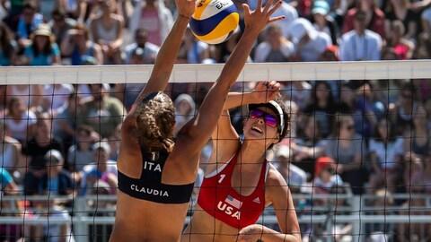 L'Américaine Devon Newberry affronte l'Italienne Claudia Scampoli aux Jeux olympiques de la Jeunesse.