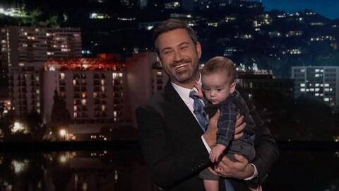 Jimmy Kimmel tient son fils Billy dans se bras