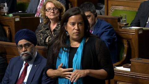 Jody Wilson-Raybould debout à la Chambre des communes.