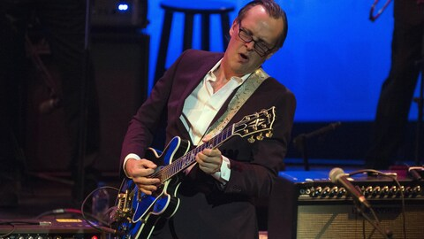 Le guitariste Joe Bonamassa sur scène