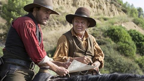 Joaquin Phoenix et John C. Reilly sont à cheval dans une scène du film «Les frères Sisters».