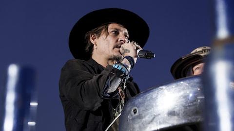 Johnny Depp chantant sur une scène.