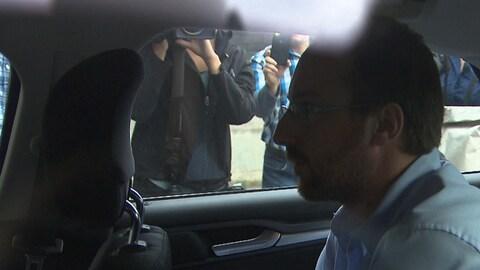 Jonathan Bettez dans une voiture.
