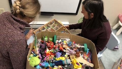De nombreux petits jouets dans une boîte