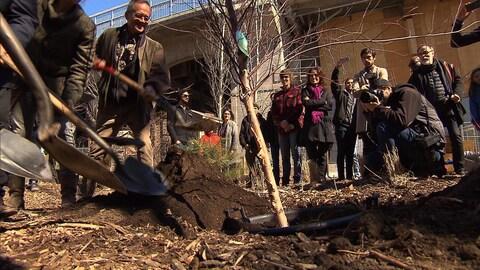 Des citoyens de Montréal se sont mobilisés pour planter des arbres lors du Jour de la Terre.