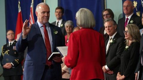 Assermentation de John Horgan et de ses ministres par la lieutenante-gouverneure Judith Guichon