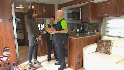 Julie Larouche, Louise et Michel Quintal discute dans un véhicule récréatif.