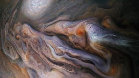 Photo de la surface de Jupiter où apparaissent plusieurs nuages dont l'anticyclone connu sous le nom d'ovale blanc (white oval).