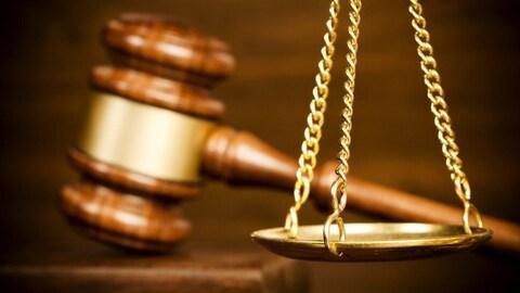 Les symboles de la justice : le marteau et la balance.