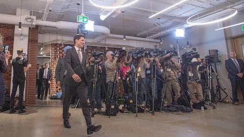 Justin Trudeau devant des caméras de télévision