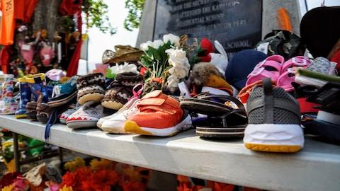 Zapatos de niños colocados frente a la antigua escuela residencial para niños indígenas de Kamloops.
