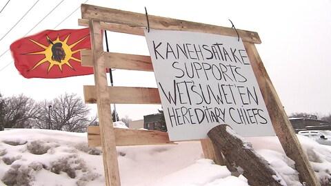 Un panneau proclamant l'appui de Kanesatake aux chefs héréditaires Wet'suwet'en.