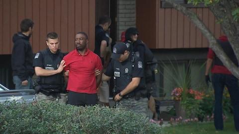 Karim Jean Gilles lors de son arrestation du 12 janvier 2017, après avoir frappé un huissier et un policier.
