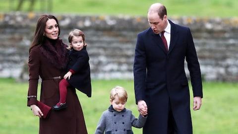 Kate Middleton, la duchesse de Cambridge, accompagnée de son époux, le prince William, et de leurs enfants, le prince George et la princesse Charlotte, ont assisté à la messe de Noël, à Englefield, dans le sud de la Grande-Bretagne, le 25 décembre 2016.