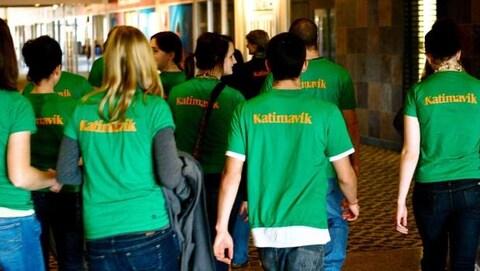 Un groupe de jeune du programme Katimavik qui marchent de dos.