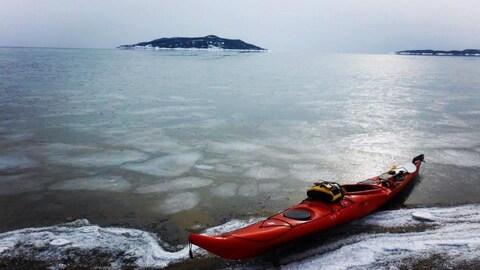 Un kayak à l'arrêt sur les berges enneigées, dans la région de Sept-Îles.