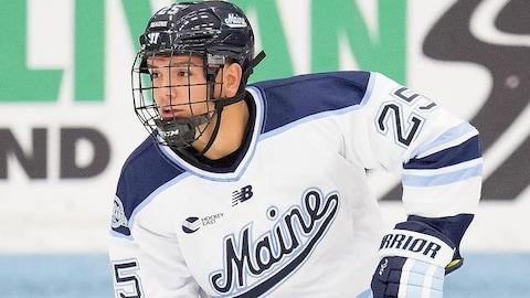Brady Keeper portant le chandail de l'équipe de hockey de l'Université du Maine.