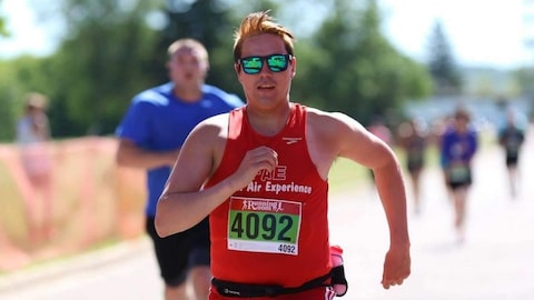 Un homme d'origine autochtone court à l'occasion d'un marathon.