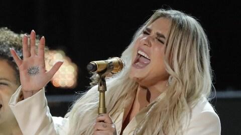 Kesha chante durant le gala des Grammy en 2018.
