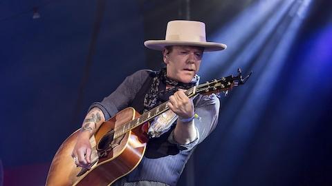 Kiefer Sutherland joue de la guitare sur la scène du Festival Glastonbury, au Royaume-Uni, en 2017.