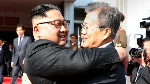 Le président sud-coréen Moon Jae-in (droite) et le dirigeant nord-coréen Kim Jong-un se sont rencontrés dans le plus grand secret samedi.