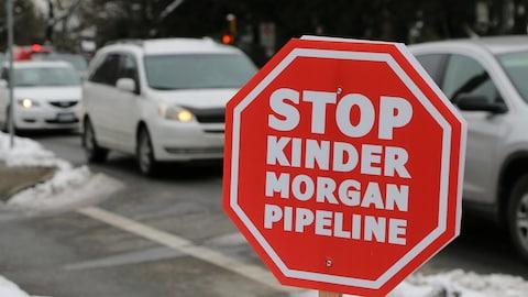 """Photo d""""un panneau d'opposition à Kinder Morgan à Vancouver."""