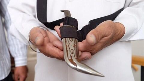 Les kirpans sont des poignards de cérémonie portés par les sikhs. À compter du 27 novembre, ils seront autorisés sur la plupart des vols à l'extérieur du Canada, à condition qu'ils mesurent moins de six centimètres. Le poignard qui est illustré ici ne serait pas autorisé, car il est trop grand.