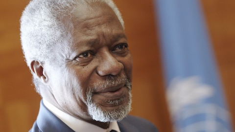 Kofi Annan pose dans son bureau des Nations unies.