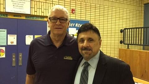 Le directeur de l'école secondaire de La Loche, Greg Hatch, aux côtés de l'ancien directeur de l'école Columbine aux États-Unis,Frank DeAngelis