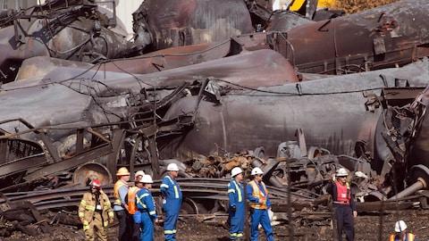 Des travailleurs constatent les dégâts.