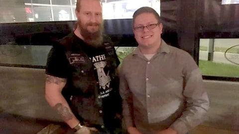 Lance Coulter et un sympathisant des Soldats d'Odin dans un bar d'Edmonton.