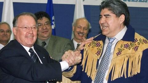 Le grand chef du Grand Conseil des Cris, Ted Moses, et le premier ministre du Québec, Bernard Landry.