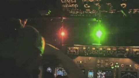 Une lumière verte aveuglante pour un pilote aux commandes d'un avion.