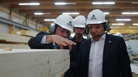 Le chef de la CAQ François Legault dans une usine de transformation de produits forestiers.