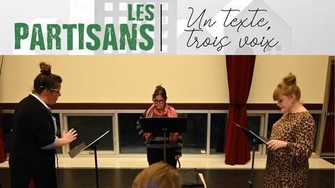 Les trois comédiennes de la dramatique «Les Partisans» en répétition, debout devant leur lutrin.