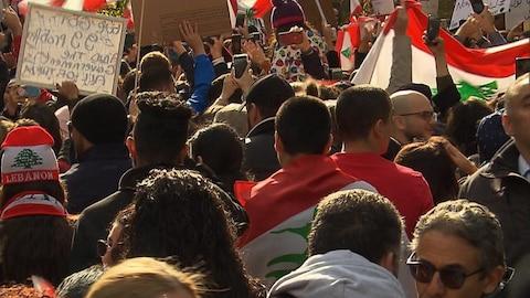 Les manifestants au consulat libanais à Montréal.