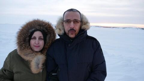 Lilia et Tarik Abid dans un paysage hivernal des Territoires du Nord-Ouest.