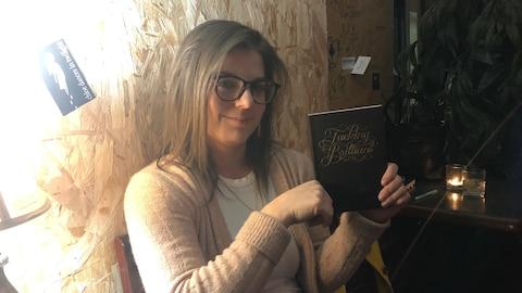 Line Woods montre le cahier de notes dans lequel elle consigne ses idées de numéros et ses blagues.
