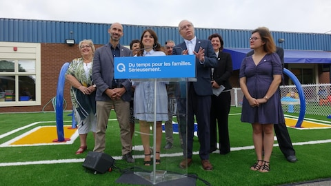 Le chef du Parti québécois Jean-François Lisée en compagnie de la vice-chef Véronique Hivon et de candidats du parti.
