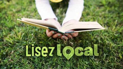 """Femme qui lit un livre dans le gazon (on ne voit que ses bras, ses mains et le gazon) et il est écrit """"Lisez local"""" dans le gazon"""