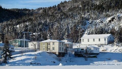 Maisons et paysage d'hiver à Little Bay Islands.