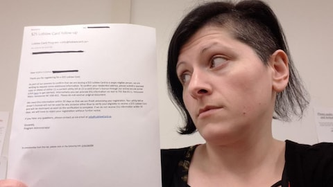 Robyn Fleming exhibe une copie papier de la demande de la compagnie Loblaw.