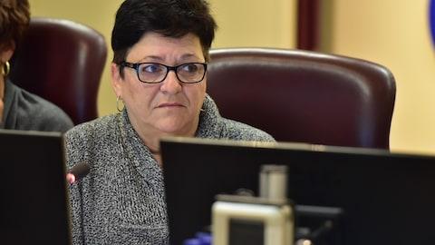 La conseillère Louise Boudrias assiste au comité plénier de la Ville de Gatineau.