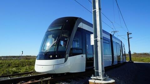 Photo d'un train léger gris sur des rails