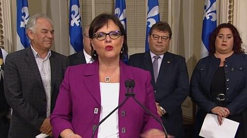 Lucie Charlebois, ministre déléguée à la Protection de la jeunesse du Québec, entourée de Ghislain Picard de l'APNQL, Denis Baraby de la DPJ et Geneviève Rioux de la FFARIQ