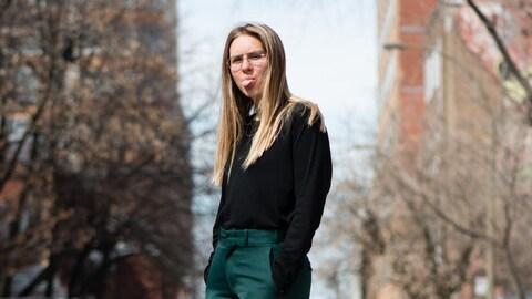 Lydia Képinski fait une grimace en prenant la pose au milieu d'une rue montréalaise.