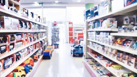 Des étalages de jouets dans un magasin.