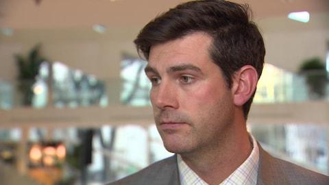 Gros plan sur le visage du maire d'Edmonton, Don Iveson